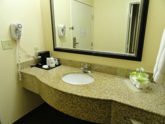 Holiday Inn Express San Diego Sea World - Beach Area: Lavabo à l'entrée