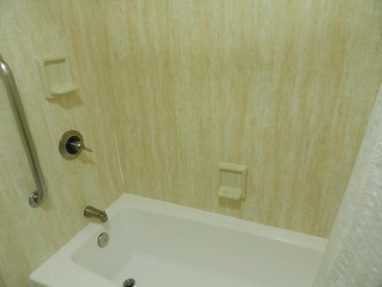 Holiday Inn Express San Diego Sea World - Beach Area: Salle de bain, avec bain-douche et toilette