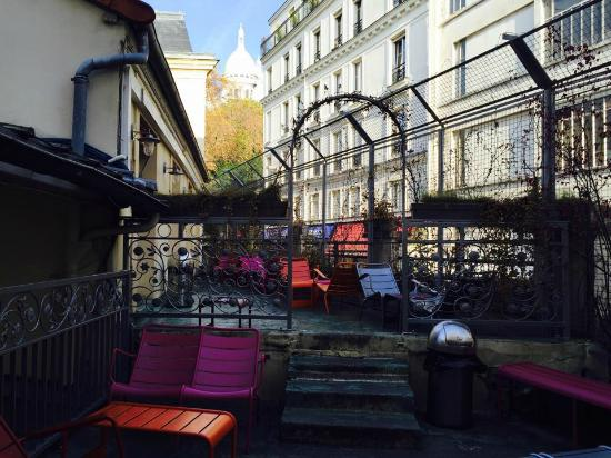 Le Village Hostel: The patio with a view of the Sacre Coeur