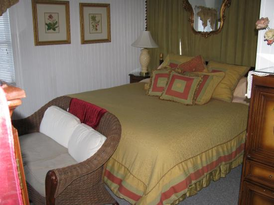 Oceanside Inn: Bed and Sitting Area
