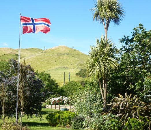 Redcliffe Homestead : A welcoming flag in a beautiful setting