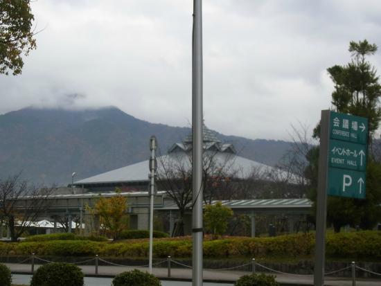 Kyoto International Conference Center : 借景の比叡山とイベントホール