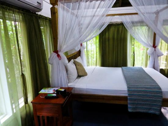 Hotel Ejecutivo Las Palmas Beach Curtained Beds And Colorful Quilts