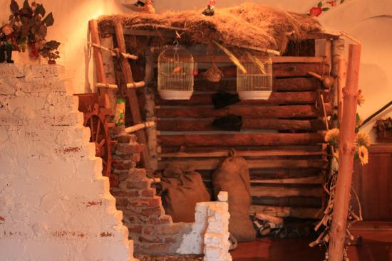 Ekibastuz, Kazajistán: ресторанчик, клетки с канарейками