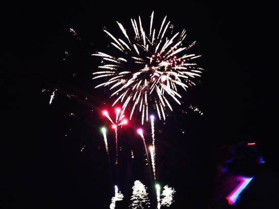 Loxton Riverfront Holiday Park: fireworks from Light up day