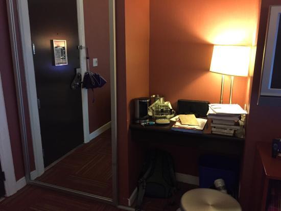 Hotel Union Square: Workspace / closet