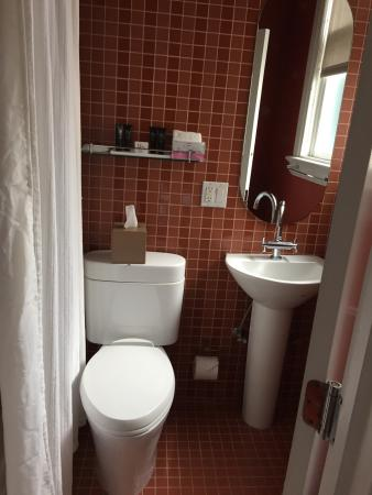 Hotel Union Square: Bathroom was small but clean shower and tub with rainfall shower head and good toiletries
