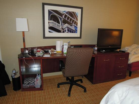 San Francisco Marriott Fisherman's Wharf: Desk area of Junior Suite