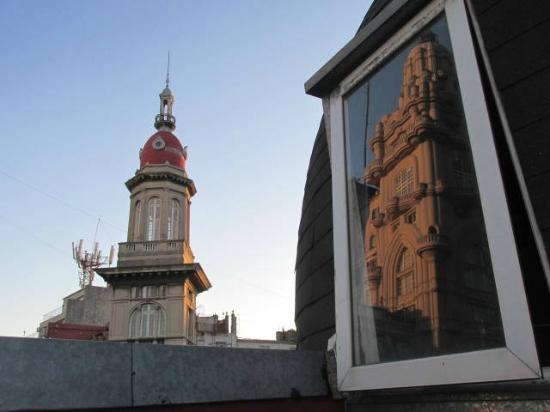 Terrazas Estoril: Vista da Terraza com o belísssimo Palácio Barolo refletido na vidraça da cúpula do Hostel