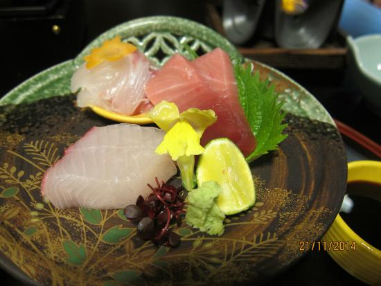 Dogo Onsen Yamatoya Honten: sushi at dinner