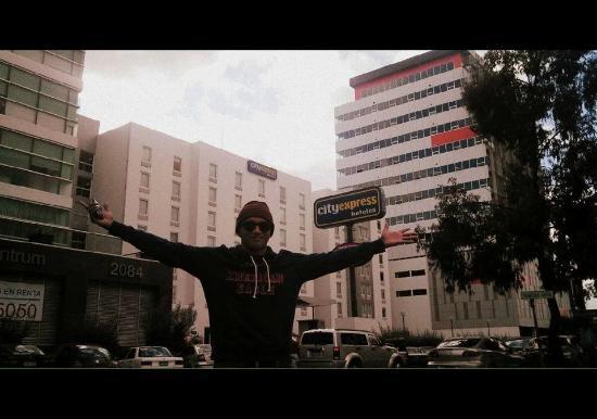 City Express Tijuana Rio: Frente al hotel.
