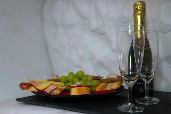 Schneedorf: Kalte Platte und Champagner