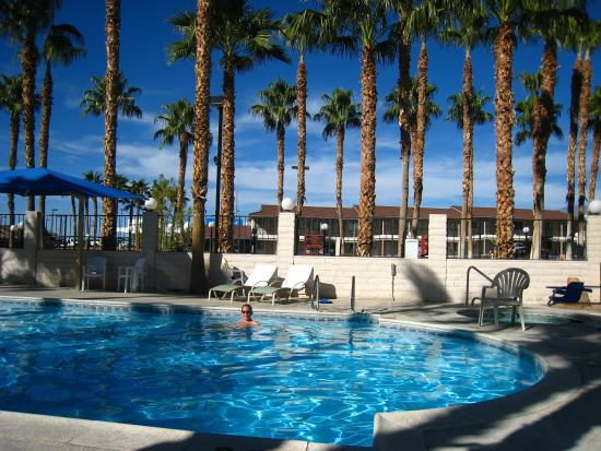 Best Western Pahrump Oasis: Pool with hotel in the background