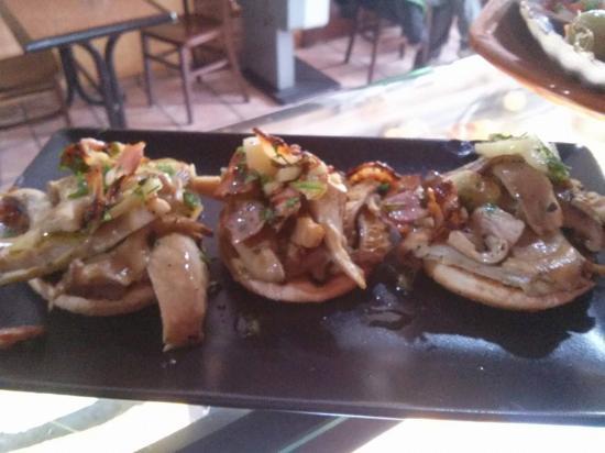 Arlanzon, Spanien: tapitas de setas salteadas con bacon