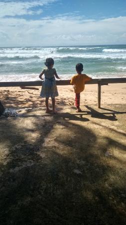 Sri Gemunu Beach Resort : The beach near the resort
