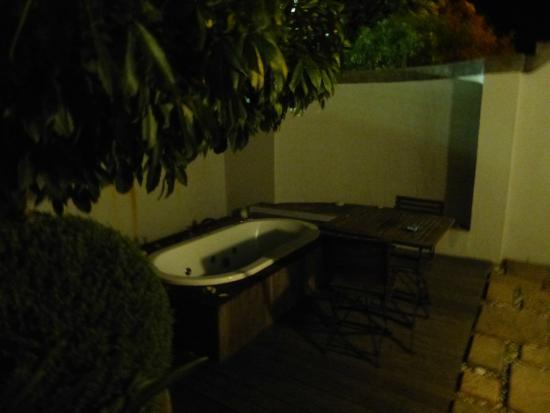 Pat's Place B&B: Badewanne im Garten