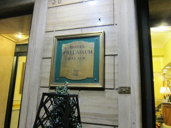 Hotel Palladium Palace : ホテルの看板