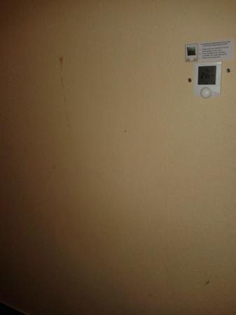 Mama Shelter Prague: Zeď po pravé straně postele