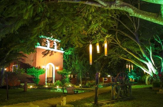 Hacienda Santa Cruz: hacienda by night