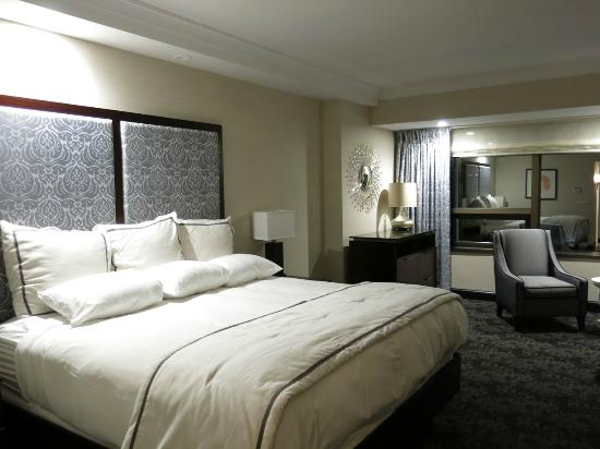 Amway Grand Plaza Curio Collection By Hilton King River View Room