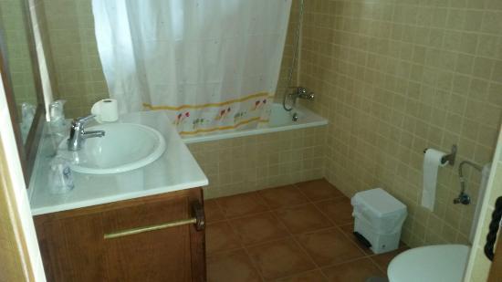 Posada el Tempranillo: Baño limpio, gran bañera aunque sin útiles de aseo salvo gel