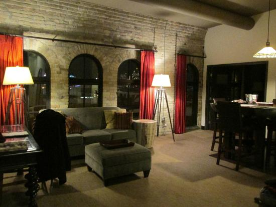 The Brewhouse Inn & Suites: Main room - in addition two bedrooms, two baths and kitchen