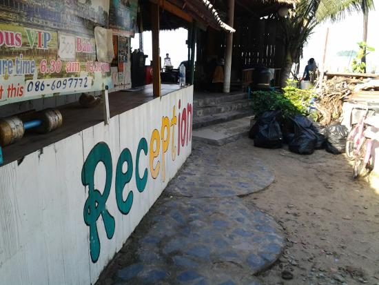 Siam Hut Koh Chang: La réception et ses poubelles,  welcome is siam hut ! :((