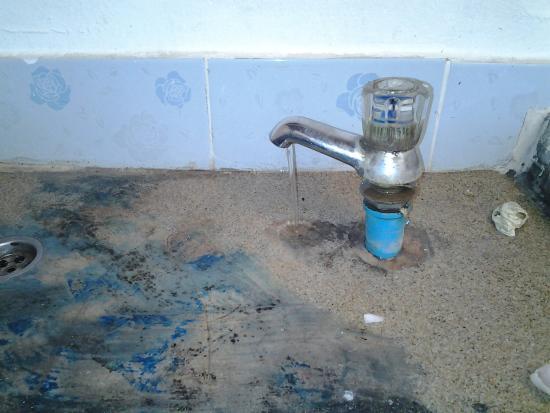 Siam Hut Koh Chang: Fuite d'eau,  notre or bleu coule et disparait...