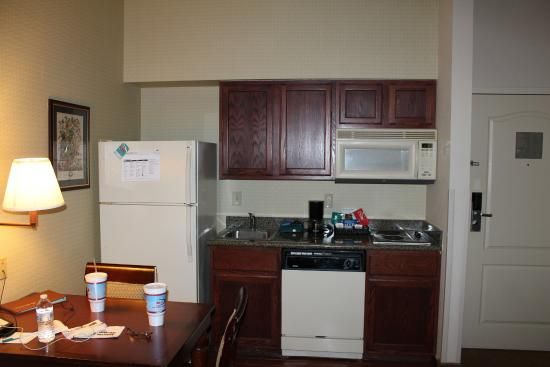 Homewood Suites St. Louis Chesterfield: Kitchenette