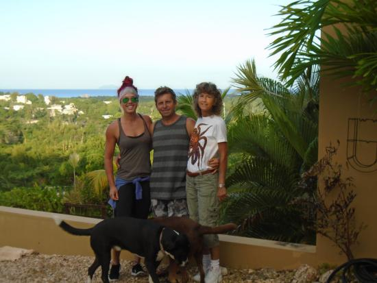 Surf 787 Guest Villa: Roger, my mom, myself and one of his super adorable dogs