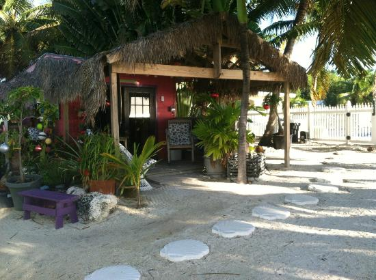 White Sands Inn : Cute little check in/market place tiki hut!