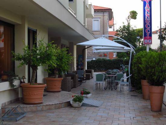 Hotel Vannucci: во дворе