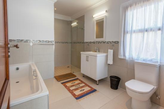 The Little Sanctuary: One of the en-suite bathrooms