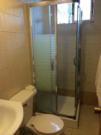 Inaki Uhi Hotel : Bathroom  - No Tub