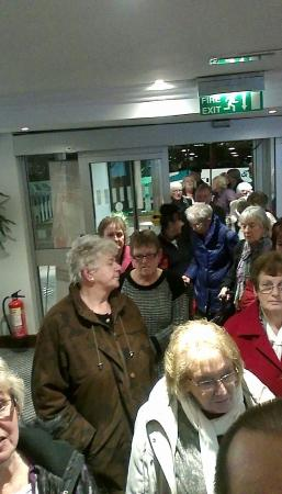 Holiday Inn Norwich: Queues out the door and people stood in the cold waiting to check in, one person on reception wh