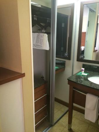 Hyatt Place Tucson Airport: Tiny closet - almost inaccessible.