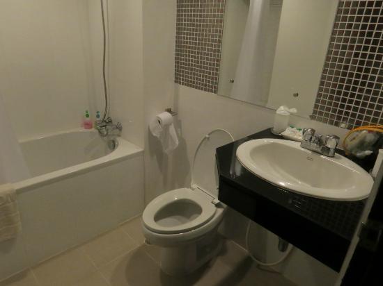 Holiday Garden Hotel: Bathroom/toilet.
