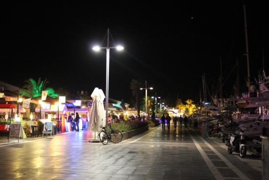 Liman Restaurant : Улица с ресторанами