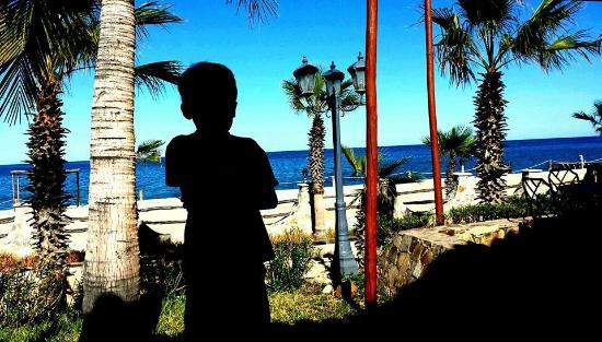 Hotel Buena Vista Beach Resort: Mi nieto escudriñando con atenta mirada el horizonte, esperando el regreso de los pescadores.