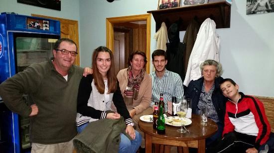 Bar Baslo: Excelente trato, ambiente y tapas con Baslo y Maria. ..