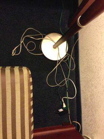 Econo Lodge: Cords beside the desk