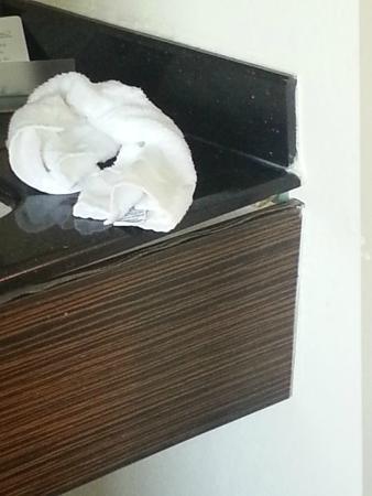 Red Roof Inn New Orleans Airport: Bathroom sink - broken and leaking on floor