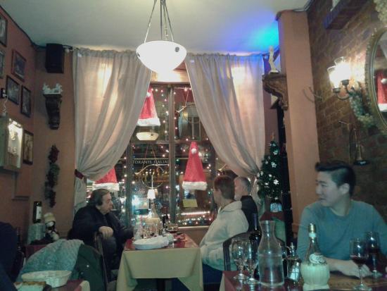 Ambiente piccolo e accogliente,addobbato per Natale sembra quasi di essere a casa!