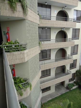 Grand Hotel Betsy: Vista da parte externa do hotel com o jardim a baixo