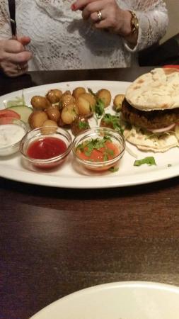 Charlies Tavern: Superb Indian burger