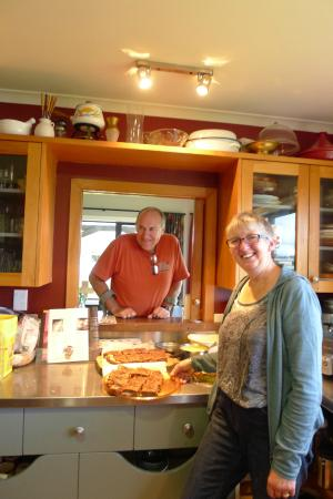 Rosie's Homestay Backpackers : Rosie and Alistair with their desserts
