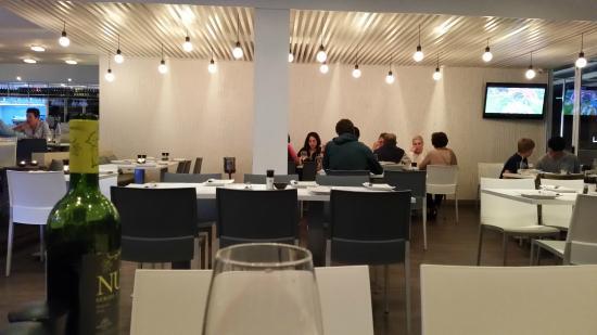 Mezepoli Meze & Wine Bar: Interior