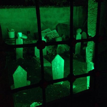 Ercan Inn: Обещанный вид на кладбище из окна номера