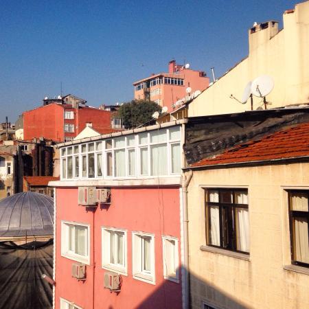 Ercan Inn: Вид на крыши, по которым гуляют чайки