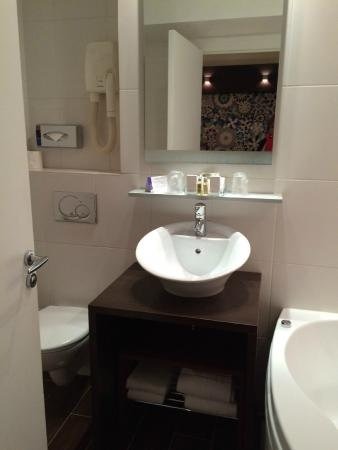 Hotel Courcelles Etoile : Master bathroom in a family suite